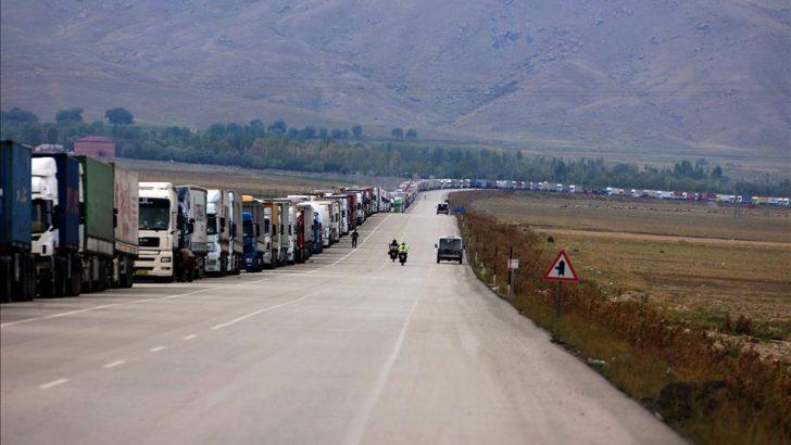 İran sınırında 16 kilometrelik tır kuyruğu oluştu