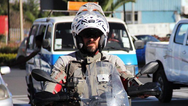 Motosikletiyle Afrika'yı dolaşıyor
